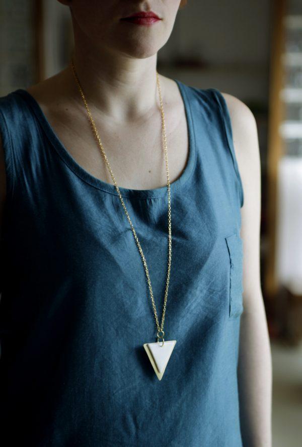 collar largo triángulo blanco