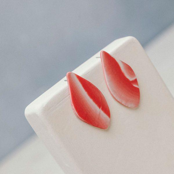 pendientes artesanales de porcelana en rojo
