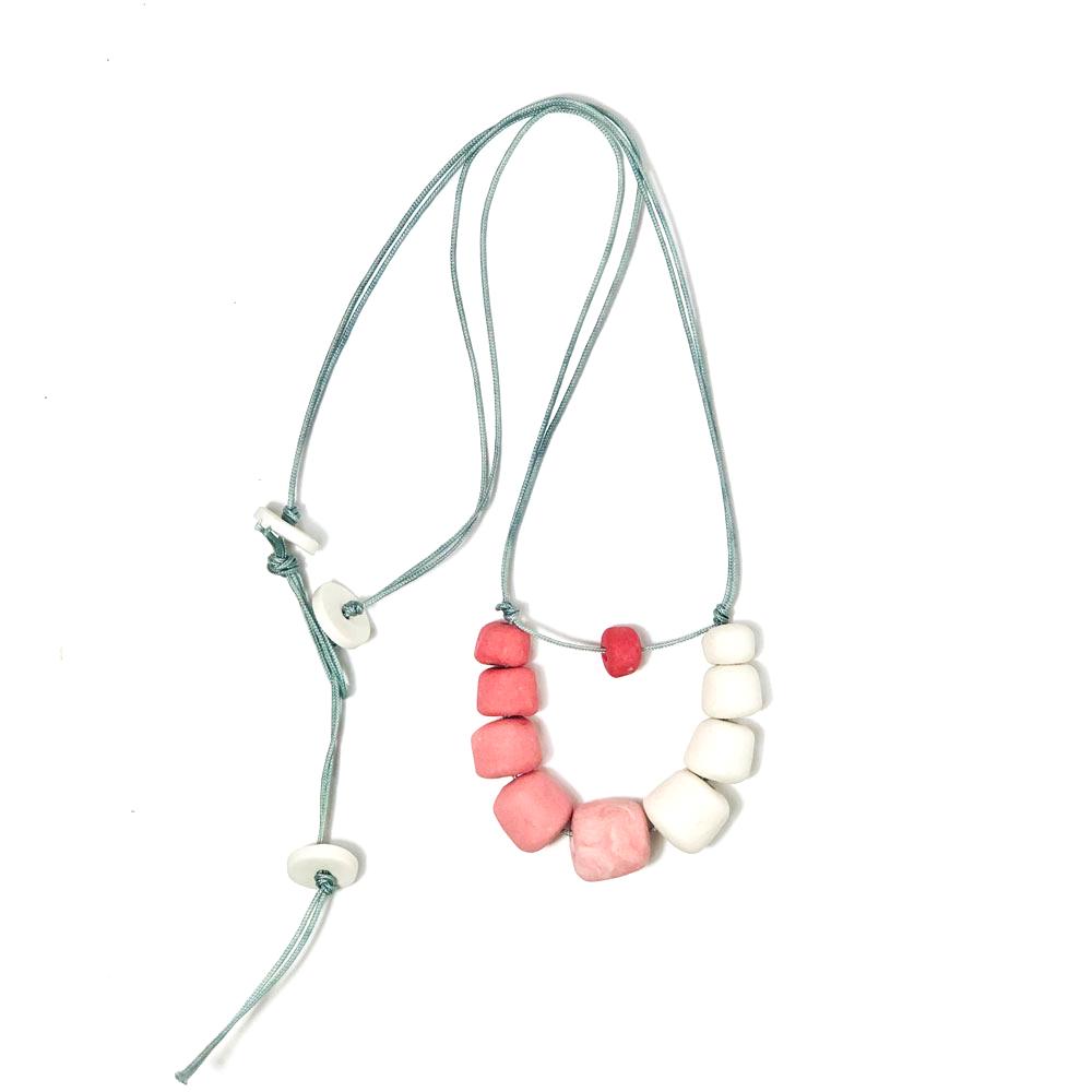 collar con piezas de porcelana con hilo de nylón