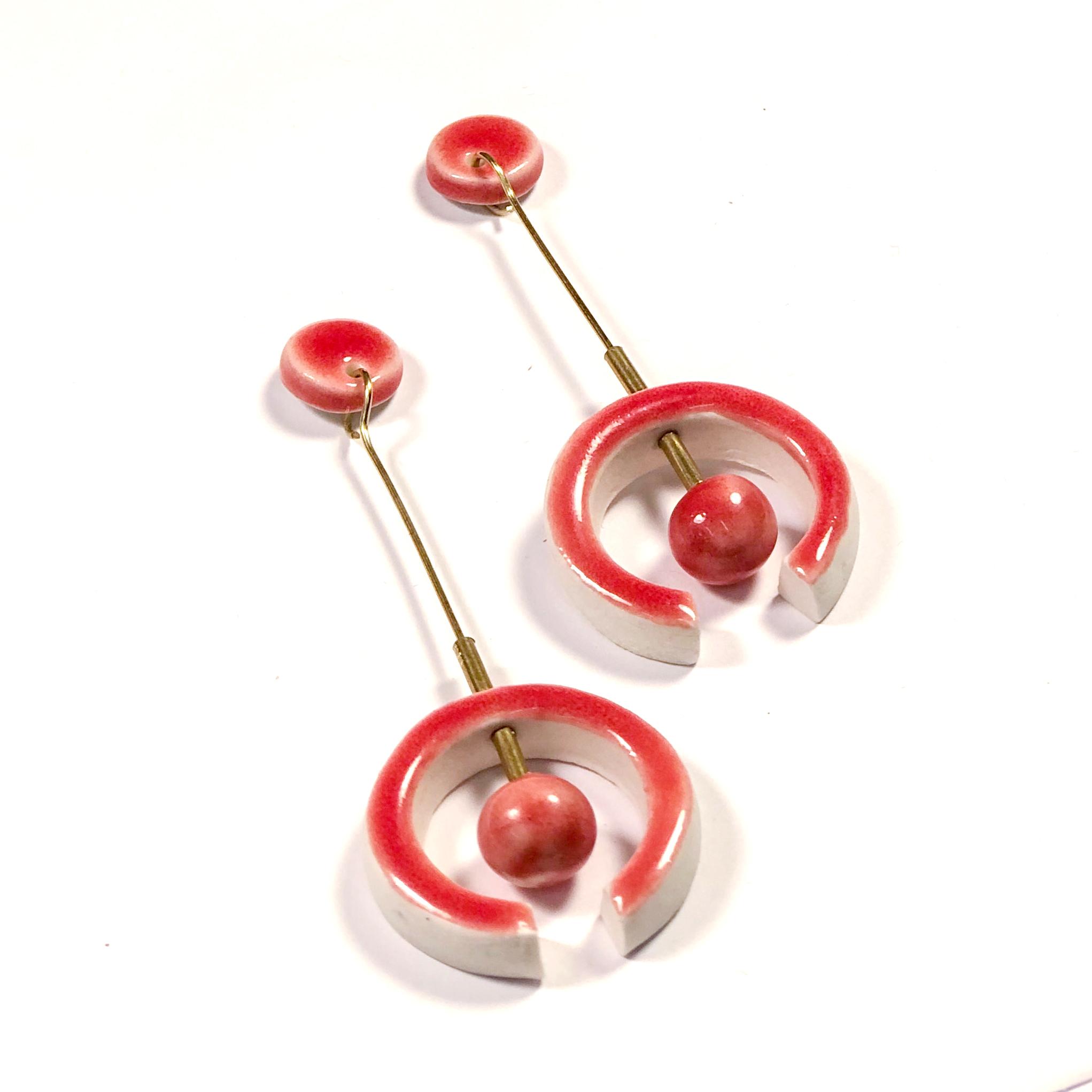 pendientes largos de porcelana con esmalte rojo